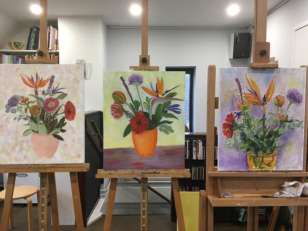 atelier drie schilderijen bloemen in vaas op schilders ezels