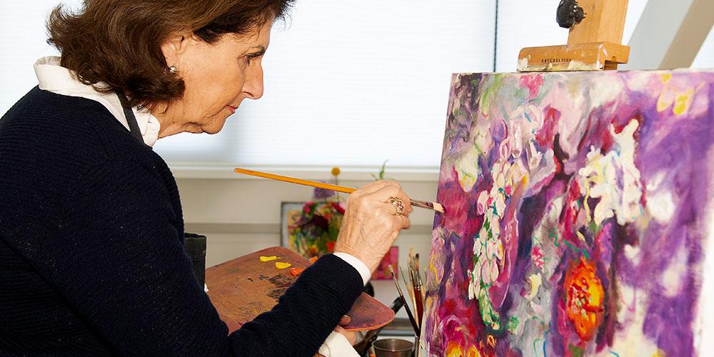 zittende vrouw schildert op doek