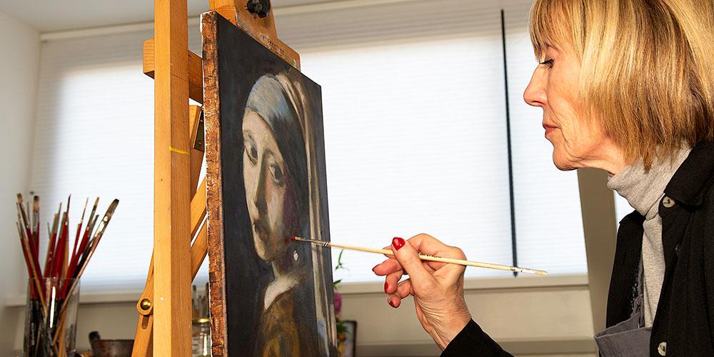 vrouw schildert eigen interpretatie van girl with pearl earing