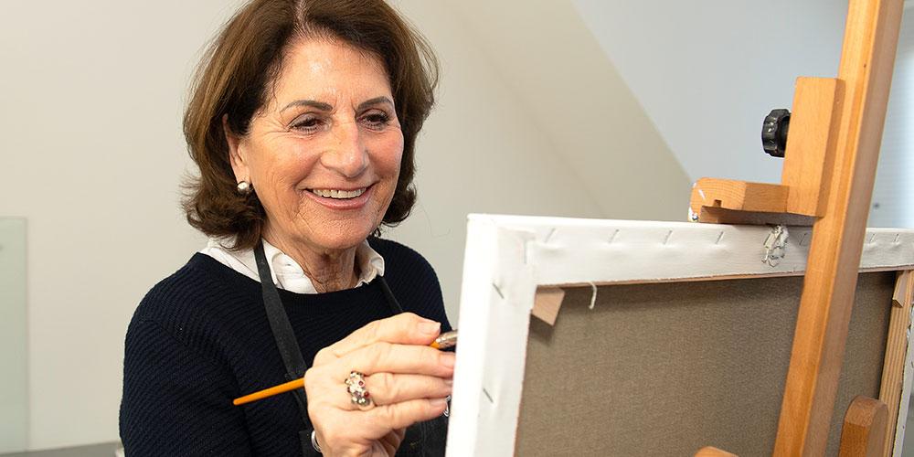 vrouw schildert op doek