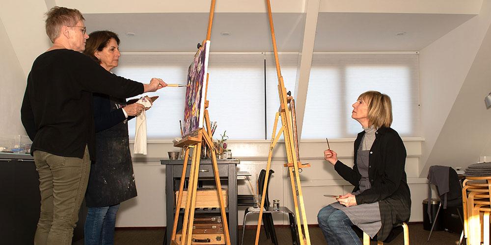 KiesKleur geeft schilderles in atelier aan twee cursisten