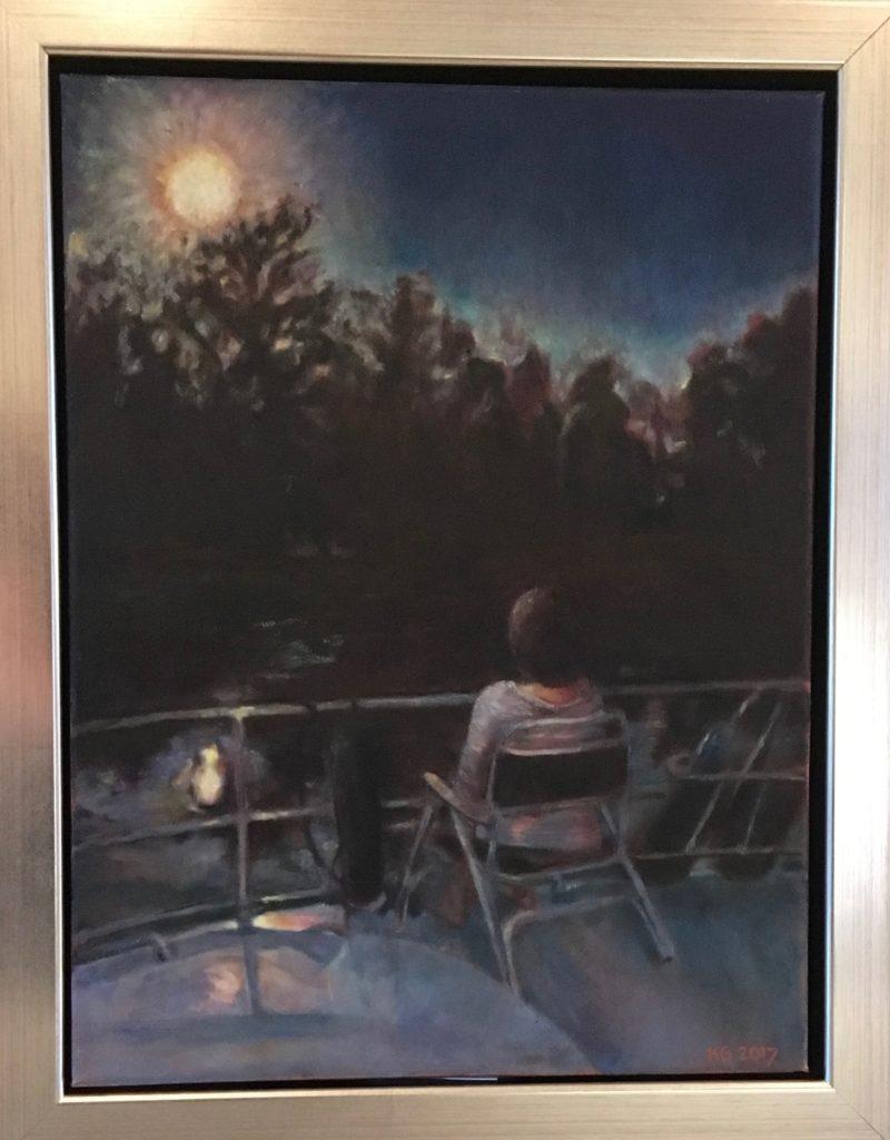 schilderij vrouw zit op stoel buiten en kijkt naar het bos
