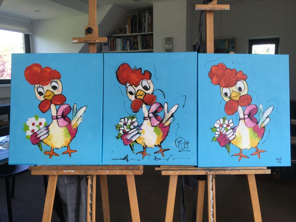 drie schilderijen van kippen in atelier op schilderezel